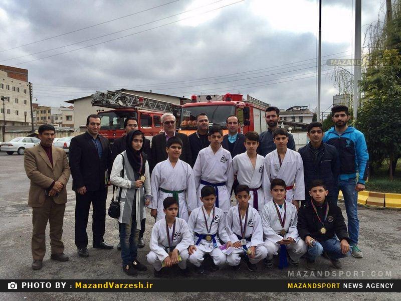 تقدیم مدال قهرماني مسابقات بين المللي آذربايجان به آتشنشانان + عکس