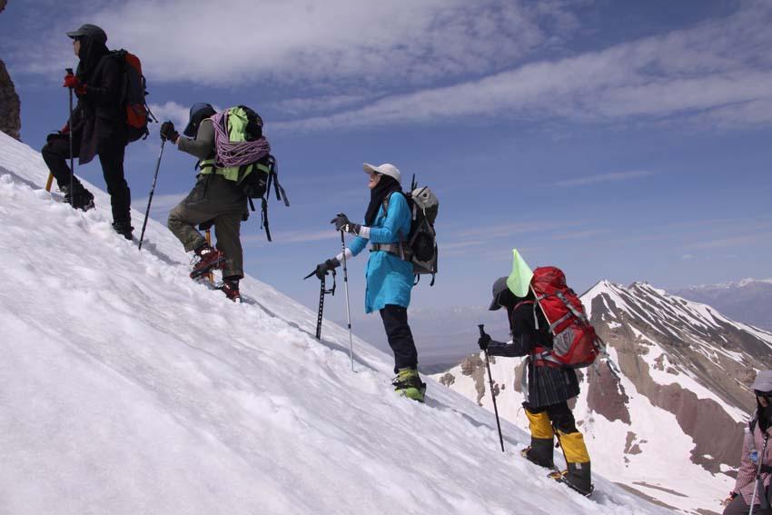 صعود ۹ هزار کوهنورد به قله های علم کوه و تخت سلیمان