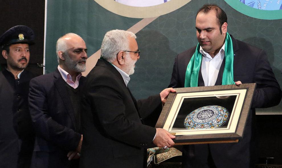 گزارش تصویری لحظه اهدای مدال بهدادسلیمی به آستان قدس + عکس