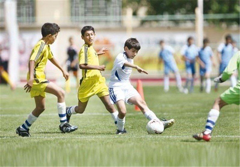 جشنواره مدارس فوتبال محمودآباد با رقابت ۱۰۰ نونهال آغاز شد